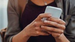 mulher-segurando-celular